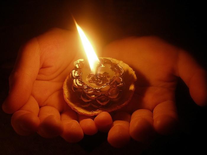 свеча в ладонях (700x525, 55Kb)