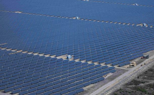 Крупнейшая германская солнечная ферма Либероз в Турнов-Прайлак, около 150 км к юго-востоку от Берлина, 24 ноября 2009 года.