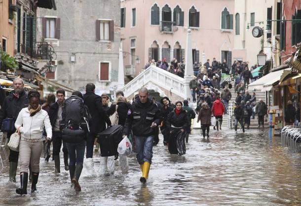 Сезонный паводок в Венеции.