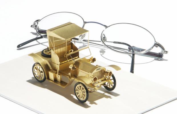 Миниатюрные модели автомобилей, велосипедов и повозок от Шимона Климек.