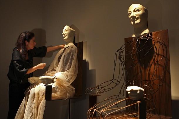 Итальянский модельер Marella Ferrera готовит Acroliti от Деметры и Коры,