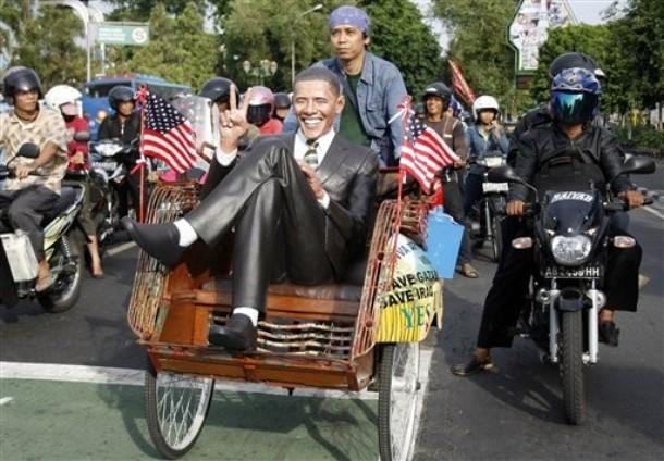 Статуя президента США Барака Обамы сидящего в трехколесном pedicab и созданная скульптором Wilman Syahnur.