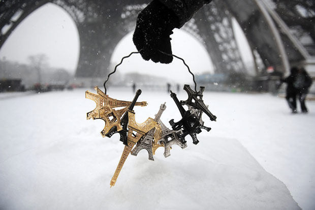 Заснеженные памятники и достопримечательности в Париже, Франция.