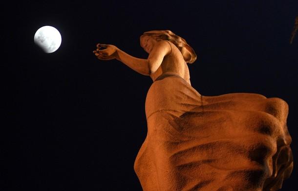 Blue Moon и частичное лунное затмение 1 января 2010