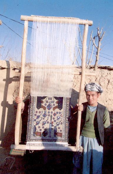Один из авторов ковров военной тематики в процессе создания нового шедевра