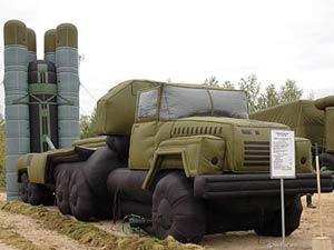 Издали надувную зенитно-ракетную систему С-300 трудно отличить от настоящей. Но настоящая все-таки лучше...