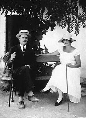 Александр Грин со своей женой Ниной в Феодоссии в собственном доме