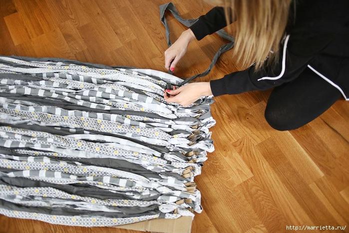 Тканый коврик из лоскутков своими руками (13) (700x466, 285Kb)