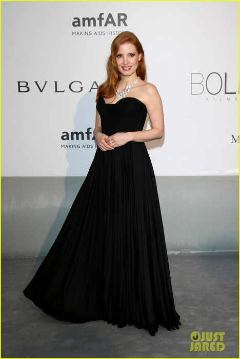 jessica-chastain-is-classic-in-black-for-cannes-amfar-gala-2014-04 (468x700, 47Kb)