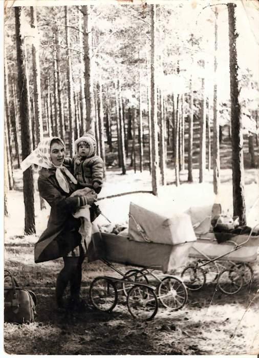 Я и моя мама на прогулке - весна 1975г.