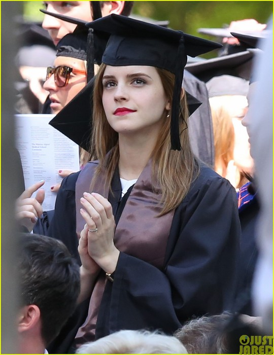 emma-watson-graduates-brown-university-lit-major01 (540x700, 83Kb)