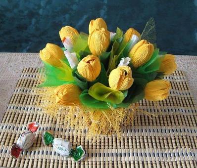 Цветы из гофрированной бумаги с конфетами (1) (398x340, 344Kb)