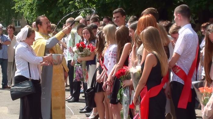 окропление выпускников святой водой