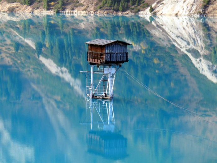 9590260-r3l8t8d-900-watchtower_in_middle_of_big_almaty_lake (700x525, 372Kb)