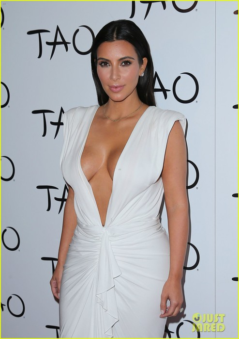 kim-kardashian-shows-major-cleavage-at-las-vegas-birthday-party-30 (494x700, 62Kb)
