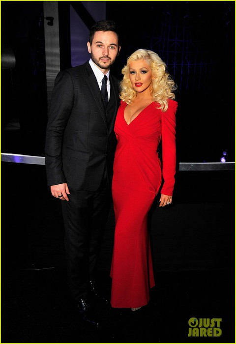 christina-aguilera-makes-first-red-carpet-appearance-since-welcoming-baby-daughter-01 (480x700, 48Kb)