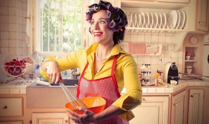 женщина в прозрачном на кухне