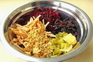 рецепт салата с свеклой и грецкими орехами, как приготовить вкусный салат со свеклой, полезные салаты на каждый день,