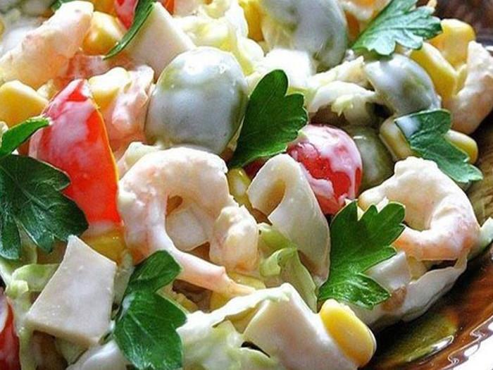 Салат из креветок кальмаров с помидорами