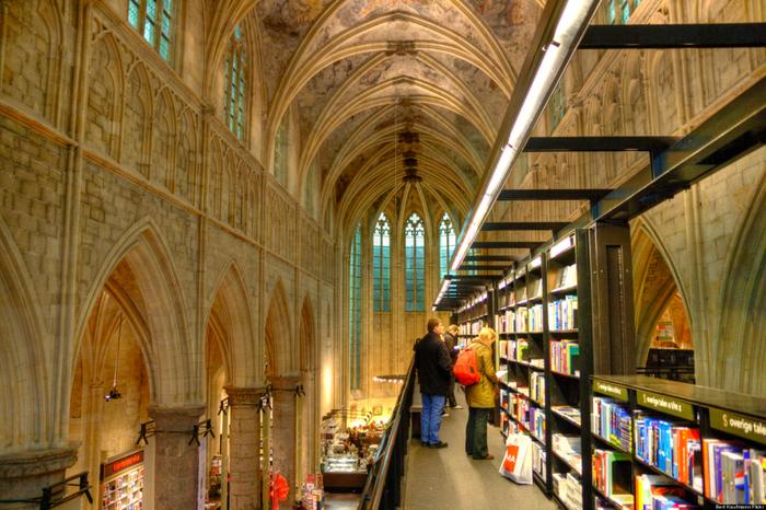 книжный магазин в здании церкви 3 (700x466, 527Kb)