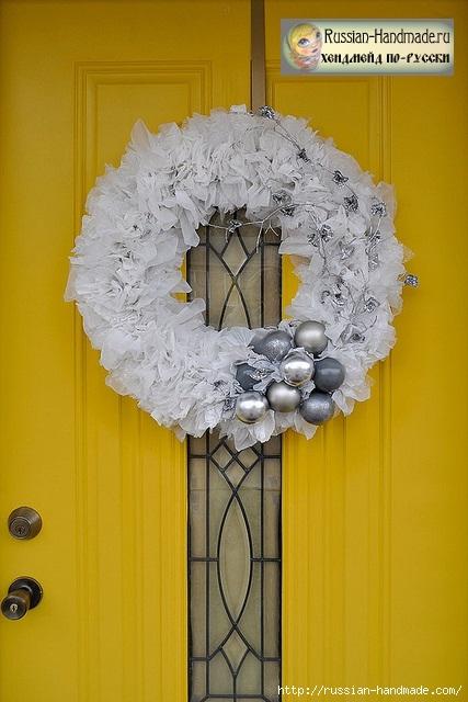 Рождественский венок из полиэтиленовых пакетов, лампочек и крышек (3) (427x640, 183Kb)