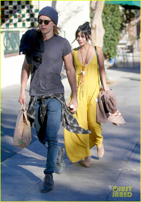 vanessa-hudgens-austin-butler-market-before-thanksgiving-02 (489x700, 96Kb)