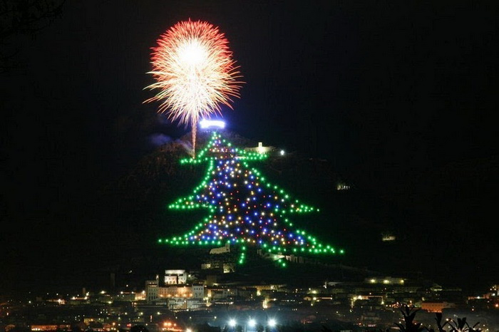 gubbio-christmas-tree-2 (700x466, 90Kb)