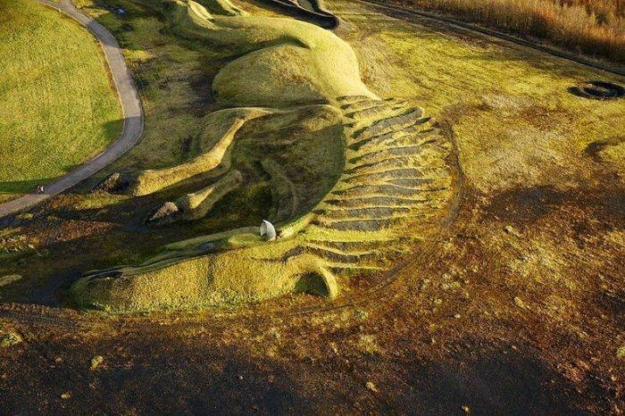 скульптура лошади из угля англия 4 (700x466, 426Kb)