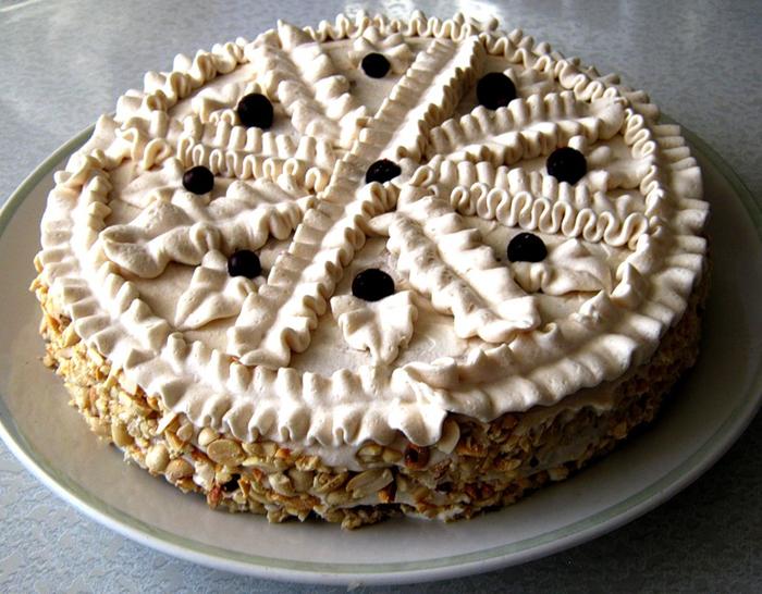 Бисквитный торт с абрикосовой начинкой и арахисом