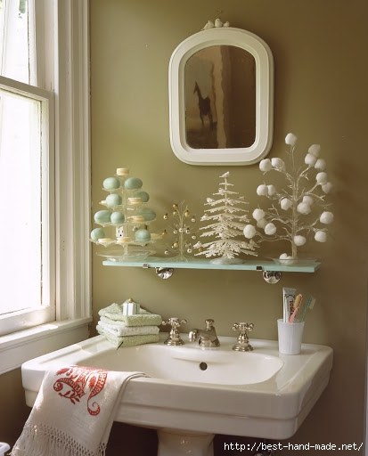 adorable-Christmas-Decorating-Ideas-Bathroom-with-framed-mirror-and-white-pedestal-sink (413x512, 115Kb)