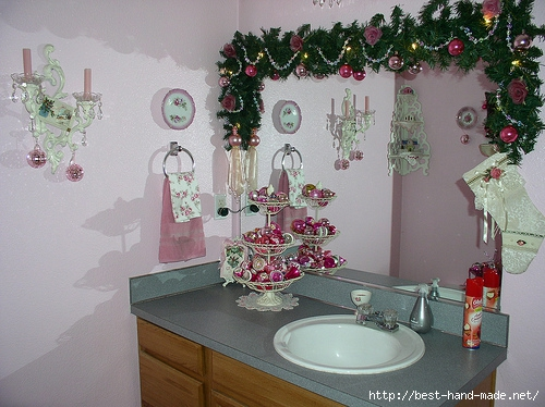 amazing-Christmas-Decorating-Ideas-Bathroom-with-grey-counter-top-and-wooden-vanity (500x374, 176Kb)