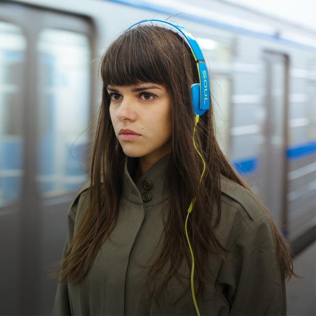 наушники в метро (620x620, 73Kb)
