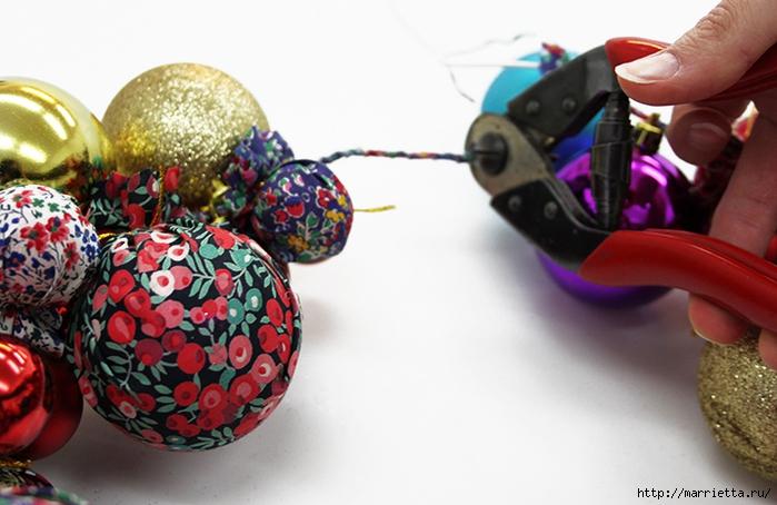 Новогодние венки из елочных шаров (16) (700x454, 229Kb)