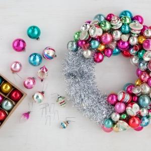 Новогодние венки из елочных шаров (36) (300x300, 99Kb)