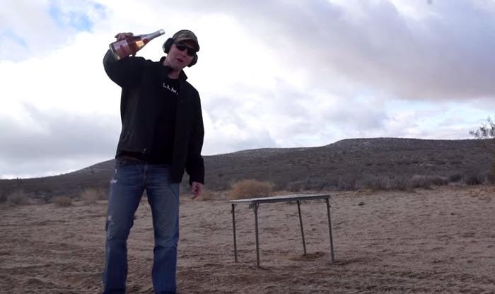 Видео. Американец открыл бутылку шампанского с помощью снайперской винтовки