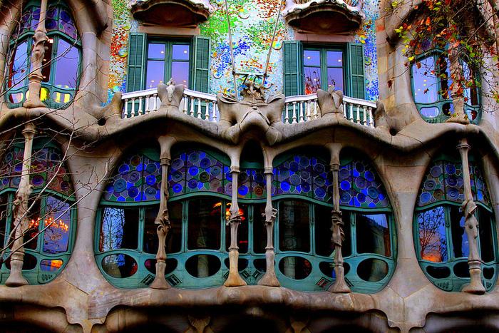 4-Дом Бальо в Барселоне. Творение Гауди (700x467, 394Kb)