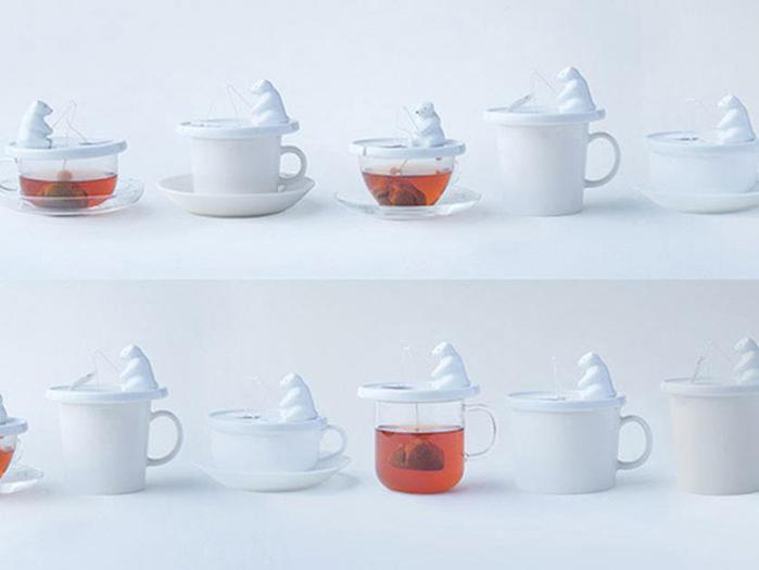 Очаровательный белый мишка с пакетиком чая на удочке