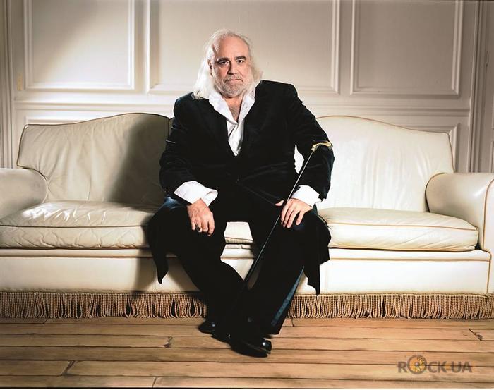 Известный греческий певец демис