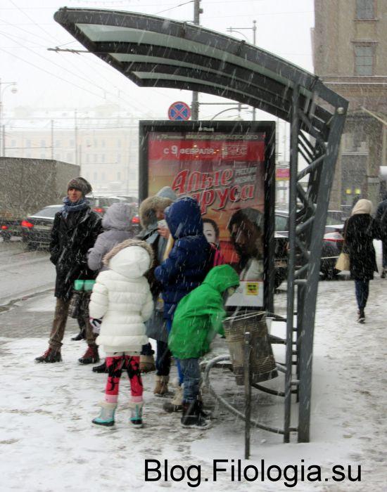 Автобусная остановка на Тверской улице в метель (550x700, 71Kb)