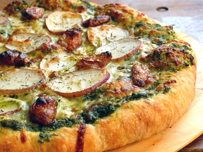 Pesto-Pizza-with-Roasted-Garlic-Potato2 (700x525, 606Kb)