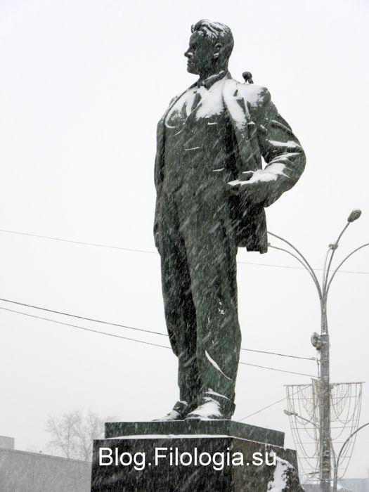 Памятник Маяковскому на Триумфальной площади зимой. Фото. (525x700, 43Kb)