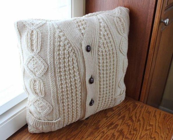 Как из старого свитера сшить подушку 95