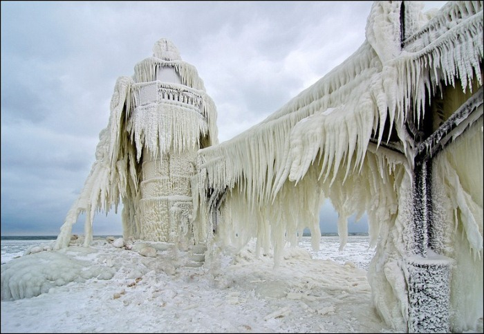frozen-lighthouses-5 (700x483, 285Kb)
