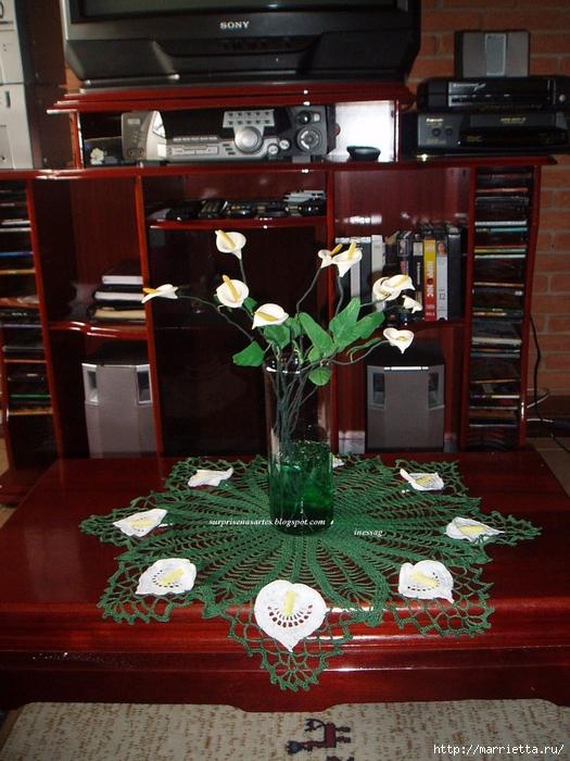 Круглая салфетка крючком с цветами КАЛЛАМИ (1) (525x700, 337Kb)