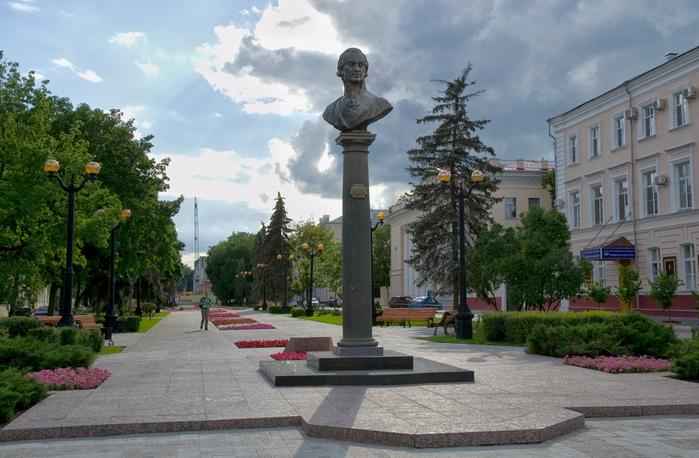 23-Pamjatnik-Gavriilu-Derzhavinu-v-Tambove (700x458, 375Kb)