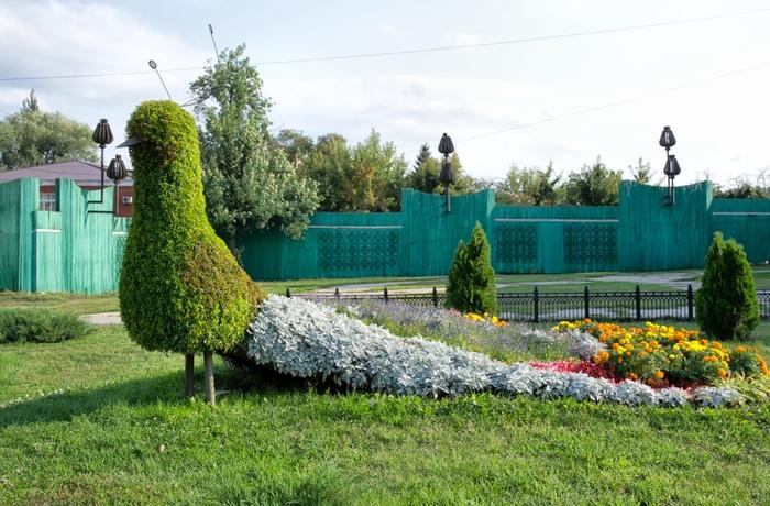 2128-Skulptura-iz-rastenij-na-ulice-Internacionalnoj-v-Tambove (700x460, 416Kb)