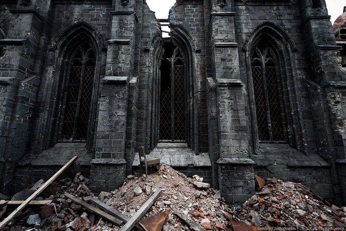Полуразрушенное здание (700x466, 113Kb)