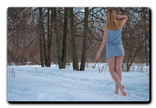 golie-nogi-v-snegu