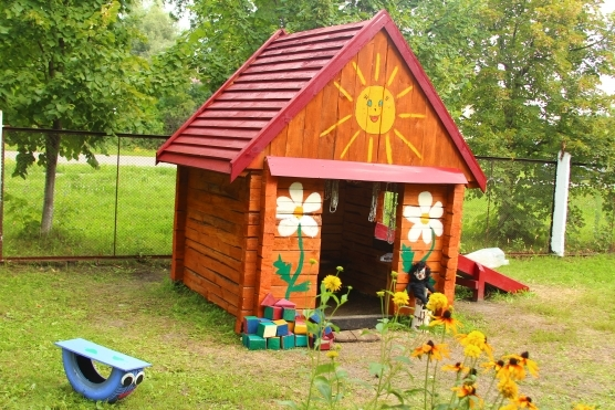 Домик на участке детского сада