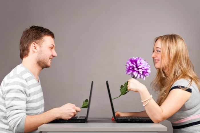 young-couple-at-a-laptop (700x467, 178Kb)